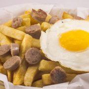 Salchipapa Arequipeña con huevo - Cinema Burger®